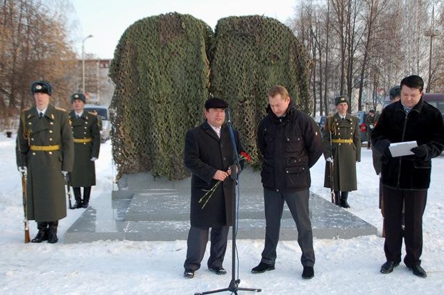 открытие памятника - Илюс Акберов и глава БГО Вячеслав Брозовский